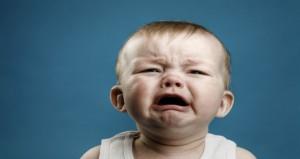 كيف تتعاملى مع طفلك عندما يبكى؟