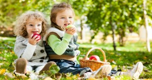 children_eating_apples (2)
