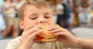كيف تبعدى طفلك عن تناول الأطعمة الجاهزة؟